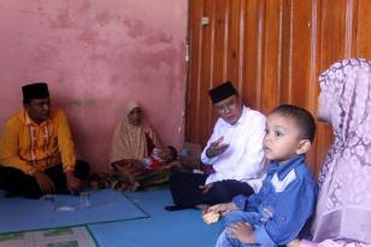 Bupati Aceh Tengah (baju putih) didampingi Muchsin Hasan Ketua DPRK setempat, saat sedang berdiskusi dengan Cut Linda Marheni, ibu kandung Hurin, bayi penderita Atresia Bilier atau kelainan pada hati, Rabu (02/12/2015).
