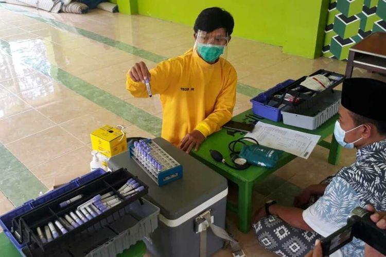 PMI melakukan skrining dan pengambilan sampel darah terhadap santri penyintas Covid-19 sebelum melakukan donor plasma konvalesen di Ponpes El Bayan, Majenang, Kabupaten Cilacap, Jawa Tengah, Jumat (5/2/2021).