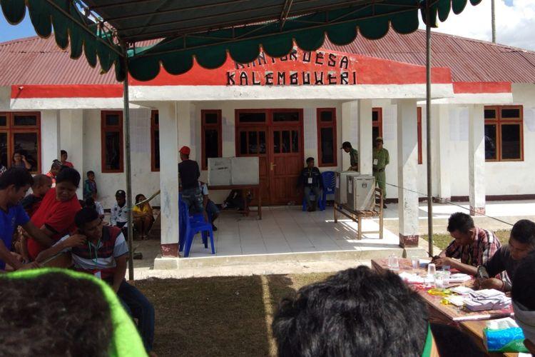 Warga sedang melakukan pemungutan suara ulang di TPS 2 Desa Kalembu Weri, Kecamatan Sumba Barat Daya, Nusa Tenggara Timur (NTT), Minggu (8/7/2018)
