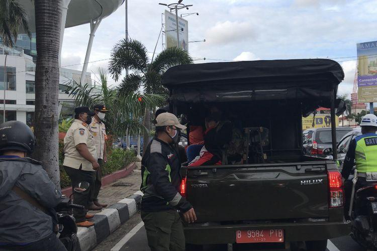 Sejumlah badut dan pengamen di kawasan Pondok Indah, Kebayoran Lama dibawa anggota Satuan Polisi Pamong Praja (Satpol PP) Jakarta Selatan pada Rabu (24/3/2021) sore. Kegiatan dari Satpol PP ini bernama Operasi Asuh dan Asih.