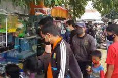 Belasan Pengunjung Pasar Ikan Hias Jatinegara Dihukum Menyapu Trotoar