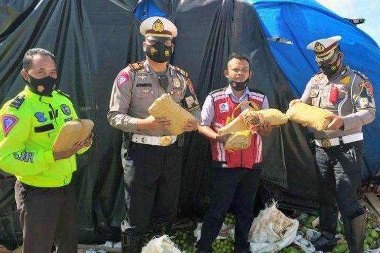 Penemuan 6 bungkus ganja kering saat evakuasi truk terguling di tol Lampung. (FOTO: Dok. Ditlantas Polda Lampung)