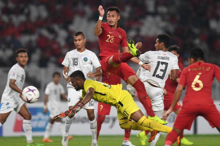 Pesepak bola Indonesia Hansamu Yama (atas) berebut bola dengan sejumlah pesepak bola Timor Leste dalam laga lanjutan Piala AFF 2018 di Jakarta, Selasa (13/11/2018).