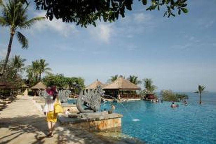 Wisatawan menikmati liburan di Ayana Resort and Spa, Jimbaran, Bali, Sabtu (22/6/2013). Bisnis penginapan di kawasan wisata pantai masih menjanjikan karena di sejumlah kawasan pantai di Bali seperti Kuta, Seminyak, Jimbaran, Nusa Dua dan Tanjung Benoa masih menarik wisatawan baik domestik maupun mancanegara.