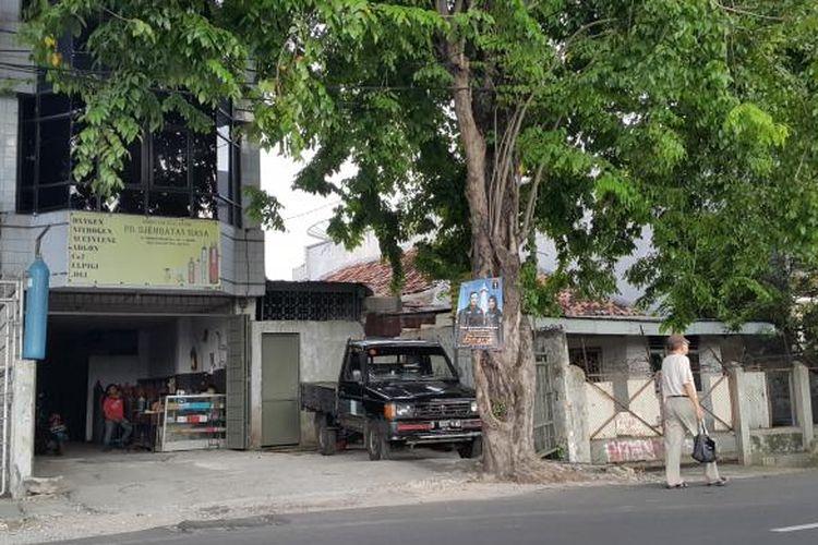 Alat peraga kampanye (APK) berupa spanduk pasangan cagub-cawagub Agus Harimurti Yudhoyono-Sylviana Murni dan Anies Baswedan-Sandiaga Uno tampak dipasang di Jalan Bungur Besar Raya, Kelurahan Bungur, Kecamatan Senen, Jakarta Pusat, Selasa (24/1/2017).