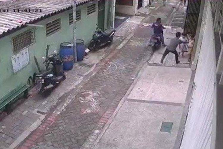 Tangkapan layar CCTV yang merekam aksi kejahatan di Sukomanunggal Surabaya