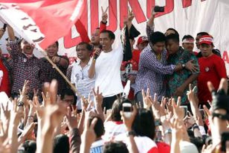 Calon presiden (capres) nomor urut dua, Joko Widodo (Jokowi) menyapa massa pendukungnya di kawasan bundaran Hotel Indonesia (HI), Jakarta Pusat, Minggu (22/6/2014). Sebelumnya Jokowi bersama para pendukungnya tersebut mengikuti gerak jalan revolusi mental mulai dari silang Monas hingga bundaran HI.