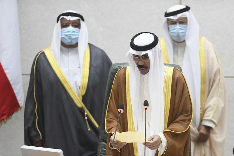 Emir baru Kuwait Syekh Nawaf Al Ahmad Al Sabah, tengah, membacakan sumpah konstitusional di Kabinet Nasional Kuwait di Kuwait City, Rabu, 30 September 2020.