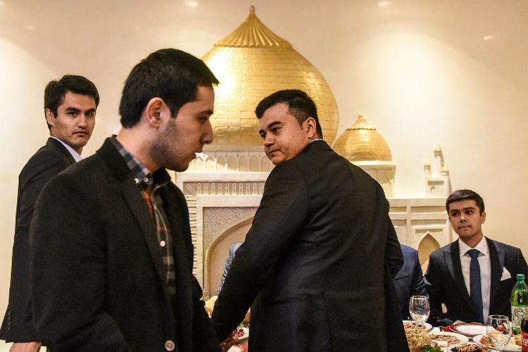 Para pria warga di sebuah restoran Uzbekistan di Brooklyn, AS.