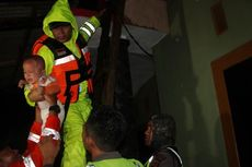 Cirebon Banjir, Polisi Evakuasi Bayi dan Wanita Lansia di Atap Rumah