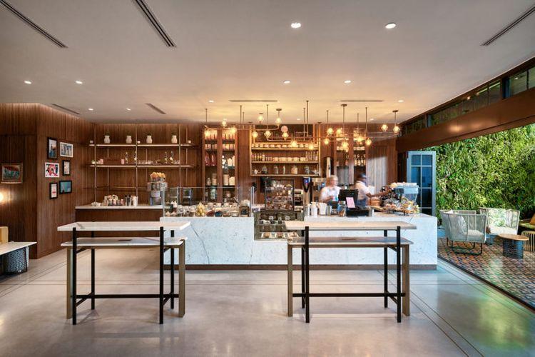 Berada di belakang pintu masuk hotel, Rose?s Coffee Bar menjadi tempat favorit untuk duduk menikmati aneka minuman, termasuk minuman anggur di malam hari.