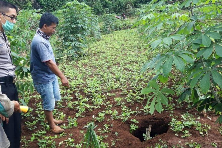 Petugas Polsek Semanu Mengamankan Lokasi Munculnya Sinkhole di Padukuhan Plebengan Tengah, Desa Cendirejo, Kecamatan Semanu Minggu (5/4/2020)