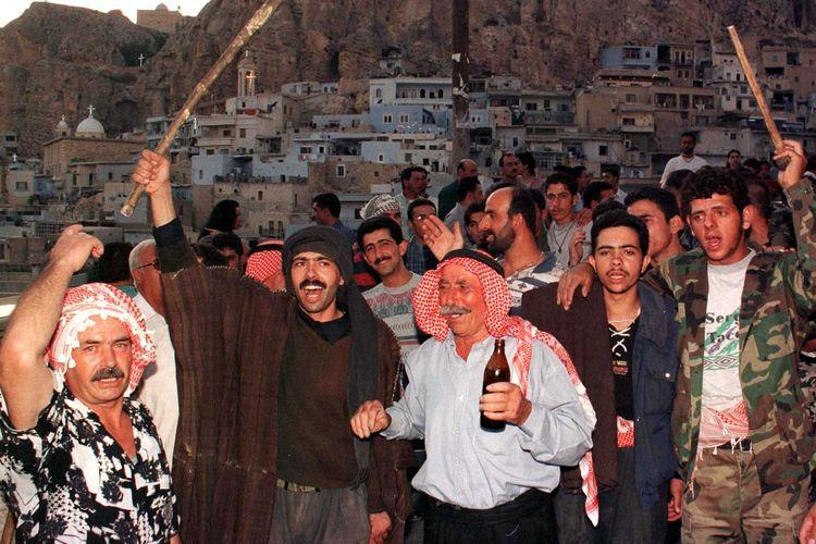 Warga desa Maalula merayakan peringatan Hari Salib. Maalula merupakan desa di Suriah yang masih menggunakan Aram, bahasa kuno yang dipergunakan di era Yesus Kristus.
