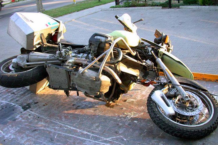 Mesin boxer BMW Motorrad memberikan ruang agar kaki biker tidak terjepit saat terjatuh.