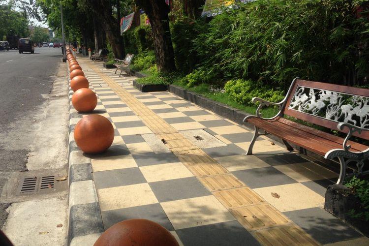 Pedestrian di Kota Semarang. Sejumlah ruas jalan di Kota Semarang yang menjadi contoh di antaranya adalah jalur pedestrian di Jalan Veteran, Jalan Diponegoro, Jalan Madukoro, serta Jalan Imam Bonjol Semarang.