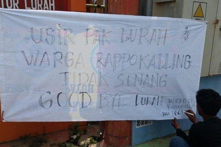 Kantor Lurah Rappokalling Makassar dibentangkan spanduk bertuliskan 'Turunkan Pak Lurah, Warga Tidak Senang', Rabu (15/9/2021).
