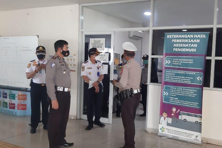 Pihak terminal Pulo Gebang bekerja sama dengan Direktorat Lalu Lintas Polda Metro Jaya mengadakan tes urine bagi para awak bus pada Rabu (23/12/2020).