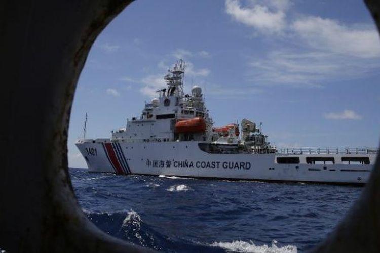 Sebuah kapal penjaga pantai China mencoba menghalangi sebuah kapal AL Filipina di Laut China Selatan.