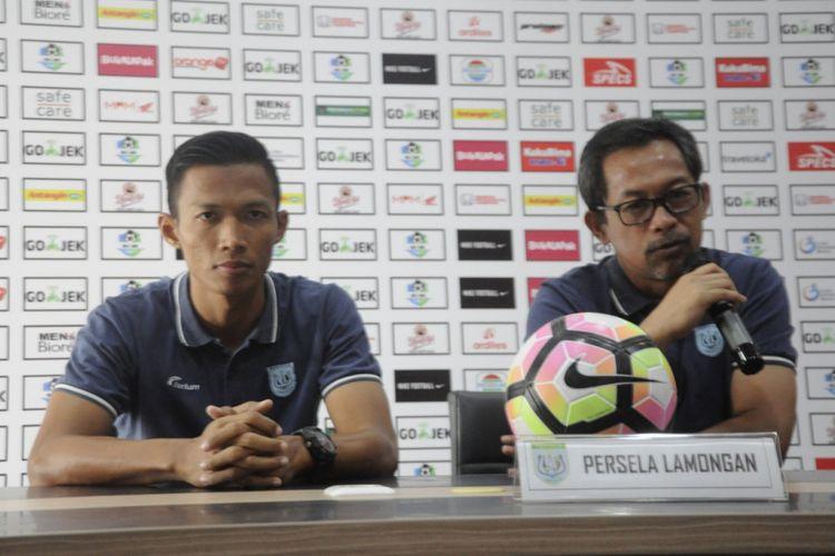 Pelatih Persela Lamongan, Aji Santoso, memberikan keterangan pers di Rumah Dinas Wawali Surabaya, Sabtu (4/8/2018)