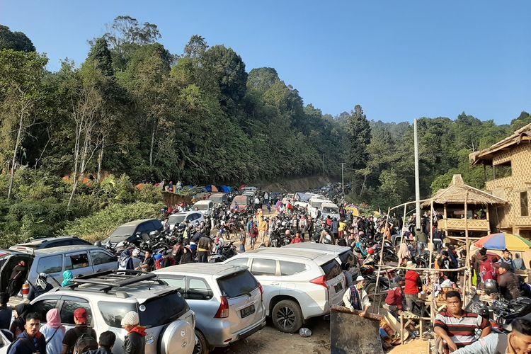 Suasana di Gunung Luhur yang dijuluki negeri di atas awan pada Minggu (22/9/2019). Pasca viral kunjungan wisatawan membludak hingga terjadi kemacetan 7 kilometer.