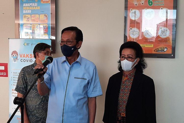 Gubernur DIY Sri Sultan HB X bersama GKR Hemas saat menemui wartawan usai menerima vaksin tahap Kedua di RSUP Dr Sardjito Yogyakarta.