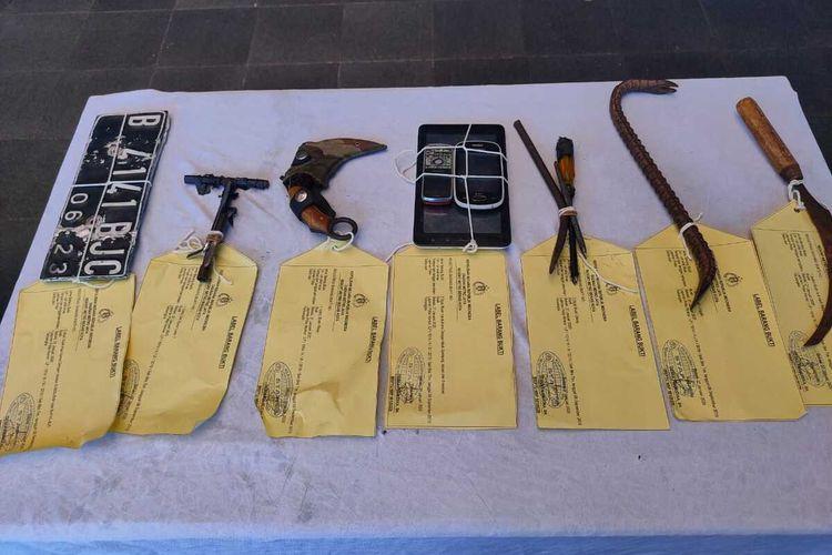 Sederet barang bukti yang disita polisi dari tangan tiga orang maling rumah kosong di bilangan Rawalumbu, Kota Bekasi, Senin (27/1/2020).
