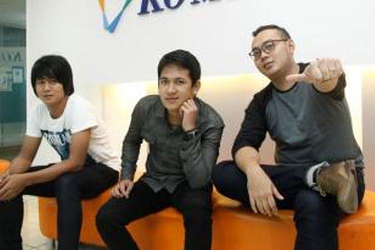 Para personel band Kesna, yaitu (dari kiri ke kanan) Keppe (bas), Eza (vokal), dan Shena (gitar) berkunjung ke kantor Redaksi Kompas.com di Gedung Kompas Gramedia, Palmerah, Jakarta Pusat, Rabu (10/7/2013). Dalam menyambut bulan Ramadhan, band tersebut meluncurkan single religi