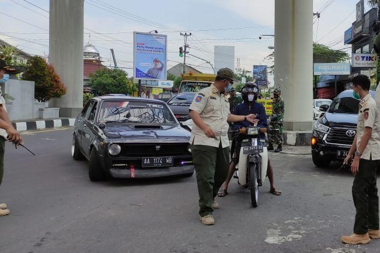 Pengguna sepeda motor dengan pelat luar Solo dilakukan pemeriksaan.