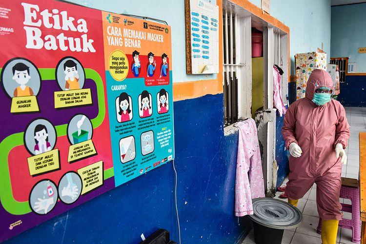 Foto dirilis Minggu (18/10/2020), memperlihatkan poster edukasi tentang Gerakan Masyarakat Hidup Sehat (GERMAS) dan protokol kesehatan terpasang di dinding luar sel isolasi mandiri bagi warga binaan terkonfirmasi Covid-19 di Lapas Perempuan Pekanbaru. Lapas itu kini ibarat rumah sakit dadakan yang merawat pasien Covid-19 setelah menjadi salah satu klaster penularan terbesar di Provinsi Riau.