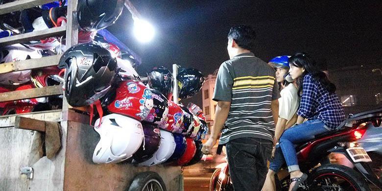 Ilustrasi pedagang helm kaki lima