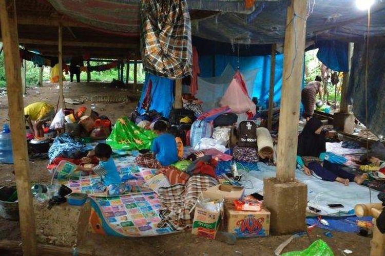 Kondisi kandang ayam yang dijadikan sebagai tempat mengungsi warga Majene.