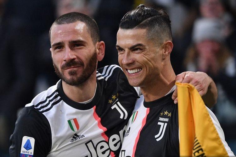 Pemain depan Juventus asal Portugal Cristiano Ronaldo (kanan) merayakan dengan bek Italia Juventus Leonardo Bonucci setelah mencetak gol  saat pertandingan sepak bola Serie A Italia Juventus vs Cagliari pada 6 Januari 2020 di stadion Juventus Allianz di Turin