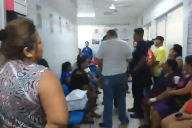 Keluarga Manuel Hernandez ketika berkumpul di Rumah Sakit Palenque, Meksiko. Mereka meminta penjelasan rumah sakit setelah peti mati yang diyakini berisi jenazah anaknya ternyata hanya tumpukan sampah saat dibuka.