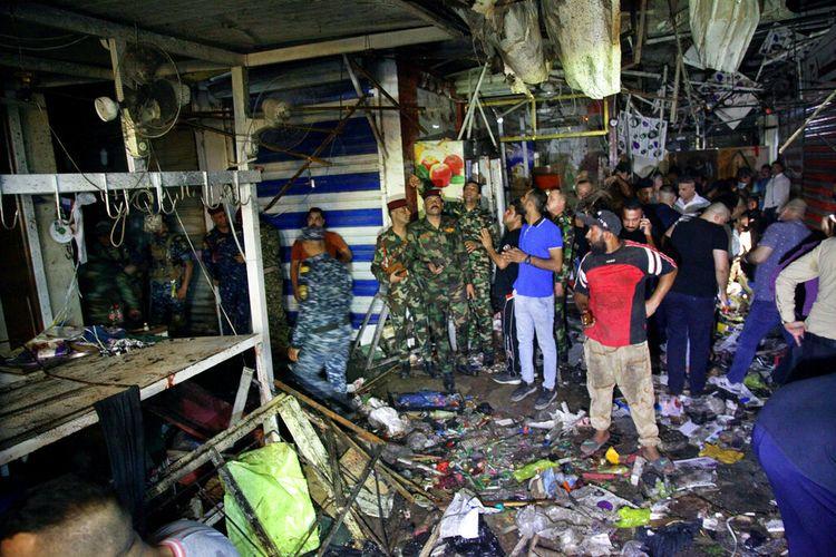Serangan bom  di pasar ibu kota Baghdad, Irak pada Senin (19/7/2021). [Foto AP/Khalid Muhammad]