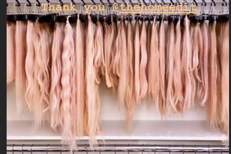 Khloe Kardashian memamerkan koleksi rambut palsunya lewat akun Instagram.