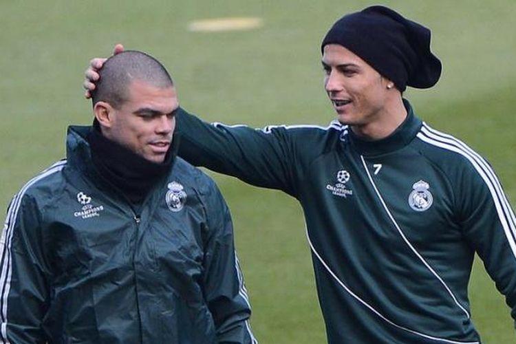 Bek Real Madrid dari Portugal, Pepe (kiri), dan rekan seklub dan senegaranya, Cristiano Ronaldo. Pepe mengalami cedera dan kemungkinan tak bisa main lawan Galatasaray pada leg kedua babak perempat final Liga Champions, Selasa atau Rabu (10/4/2013) dini hari WIB.