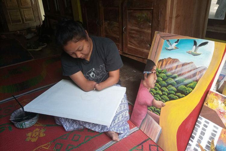 Puji Lestari Saat Melukis di Rumahnya di Kapanewon Panggang, Gunungkidul Selasa (26/1/2021)