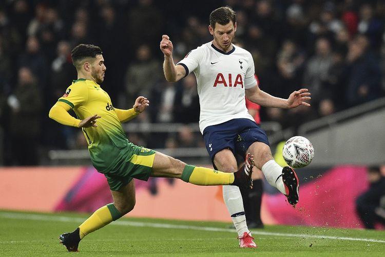 Gelandang Norwich City, Emiliano Buendía (kiri), menjaga bek Tottenham Hotspur Jan Vertonghen dalam pertandingan putaran kelima FA Cup atau Piala FA antara Tottenham Hotspur vs Norwich City di Stadion Tottenham Hotspur pada Rabu (3/4/2020).