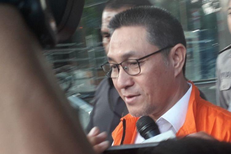 Angggota Komisi XI DPR dari Fraksi Partai Amanat Nasional Sukiman berjalan menuju mobil tahanan usai diperiksa di Gedung Merah-Putih KPK, Kamis (1/8/2019).