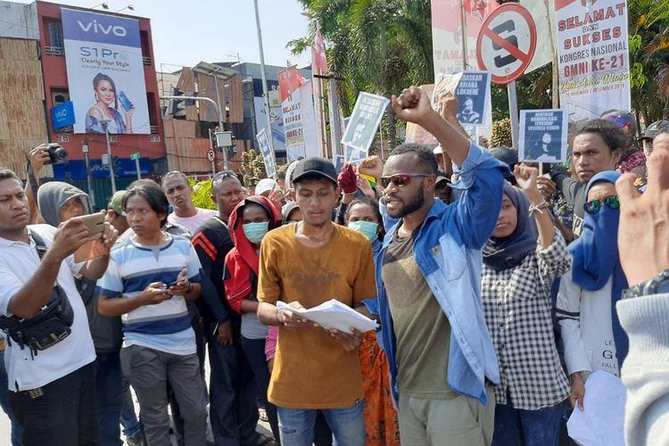 Puluhan mahasiswa asal Papua menggelar aksi unjuk rasa di depan Gong Perdamaian Dunia di Ambon, Minggu (1/12/2019). Aksi yang dilakukan bertepatan dengan HUT Organisasi Papua Merdeka ini dibubarkan paksa aparat kepolisian