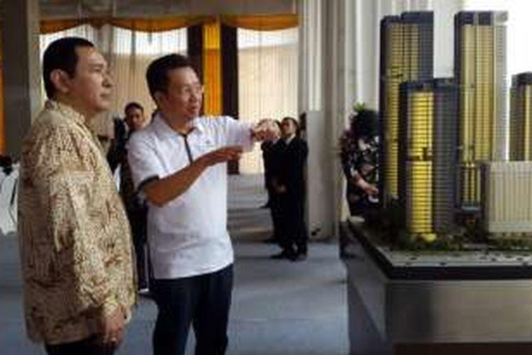 Presiden Komisaris Humpuss Group Hutomo Mandala Putra dan Presiden Direktur KG Global Development Harry Gunawan meninjau maket proyek multifungsi Mangkuluhur City, sebelum prosesi tutup atap Office Tower One, Jumat (9/9/2016).