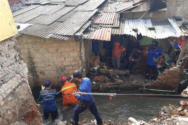 Puing-puing reruntuhan yang menyumbat aliran Kali Lenggong di Jalan Paso Gang Haji Pondoh RT 04 RW 05, Jagakarsa, Jakarta Selatan sudah berhasil diangkat pada Kamis (6/5/2021) siang.