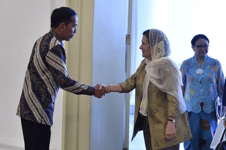Presiden Joko Widodo (kiri) didampingi Menteri Luar Negeri Retno Marsudi (kanan) menerima kunjungan Ibu Negara Afghanistan Rula Ghani di Istana Kepresidenan Bogor, Jawa Barat, Selasa (5/12). Dalam pertemuan tersebut Rula Ghani menyampaikan kekagumannya terhadap apa yang dilakukan dan kemajuan perempuan Indonesia serta bermaksud meninjau peranan wanita Indonesia di masyarakat desa.