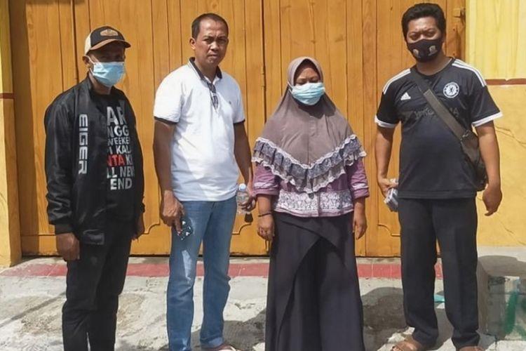 Tarmiati alias Mia, ditangkap polisi setelah dilaporkan menipu ratusan ibu-ibu di Mojokerto, Jawa Timur, dengan dalih arisan lebaran.