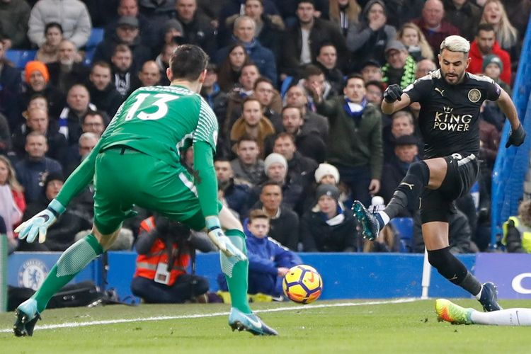 Aksi gelandang serang Leicester City, Riyad Mahrez (kanan), melepaskan tendangan ke arah gawang Chelsea yang dikawal kiper Thibaut Courtois dalam pertandingan Liga Inggris 2017-2018 di Stadion Stamford Bridge, London, Inggris, pada Sabtu (13/1/2018).