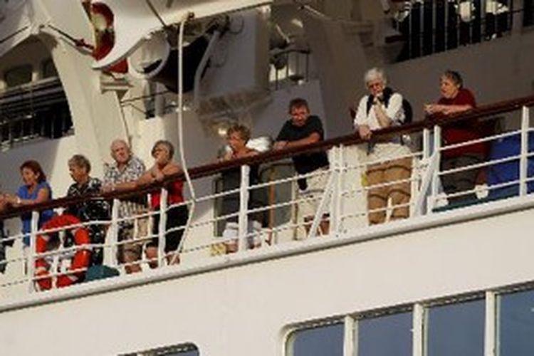 Turis asing penumpang kapal pesiar MV Discovery saat bersandar di Pelabuhan Yos Sudarso, Ambon, Maluku, Minggu (29/1/2012). Kapal yang telah berlayar selama 21 hari dan membawa sekitar 300 wisatawan asing ini telah singgah di sejumlah negara di kawasan Asia seperti Hongkong, Jepang, Malaysia dan Singapura.