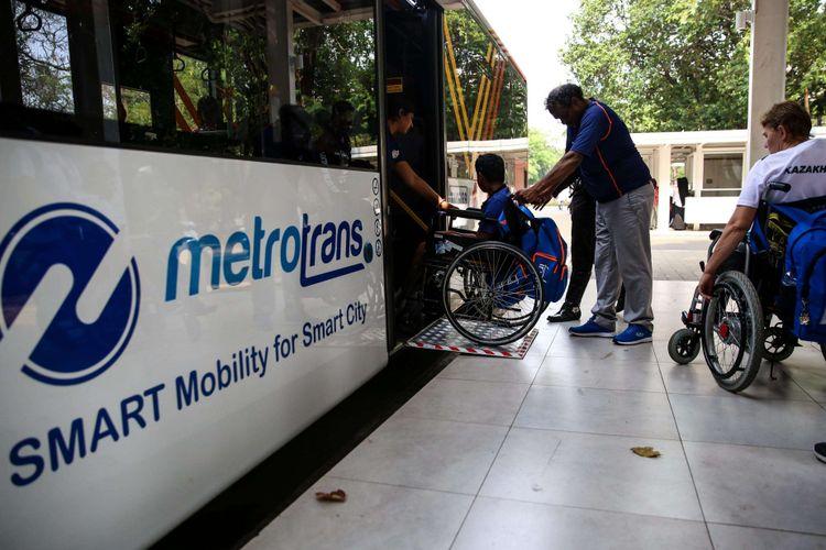 Atlet Paralimpiade cabang atletik menaiki bus setelah mengikuti klasifikasi di Stadion Madya, Gelora Bung Karno, Jakarta Pusat, Rabu (3/10/2018). Tujuan klasifikasi adalah untuk mengelompokkan para atlet berdasarkan jenis dan tingkat disabilitasnya. Dalam Asian Para Games 2018, atlet dikelompokkan menjadi tiga, yaitu physical impairment (PI) untuk atlet tunadaksa, visual impairment (VI) bagi atlet tunanetra, dan intellectual impairment (II) untuk atlet tunagrahita.