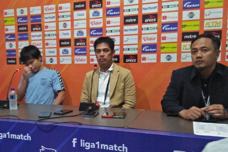 Kei Hirose (kiri) dan Nil Maizar (tengah) selepas pertandingan melawan Persib Bandung.