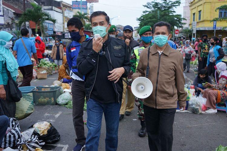 Wali Kota Salatiga, Yuliyanto, melakukan sosialisasi penggunaan masker di pasar pagi.
