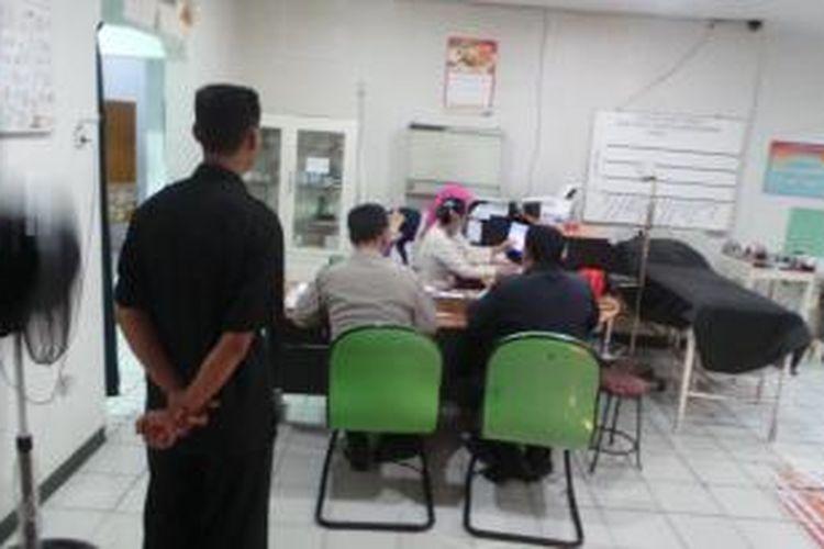 Petugas Polsek Cakung mendatangi IGD RS Harapan Jayakarta terkait kasus dugaan keracunan puluhan pekerja sebuah perusahaan kosmetik. Kamis (7/8/2014).